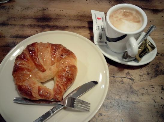 Café con croissante