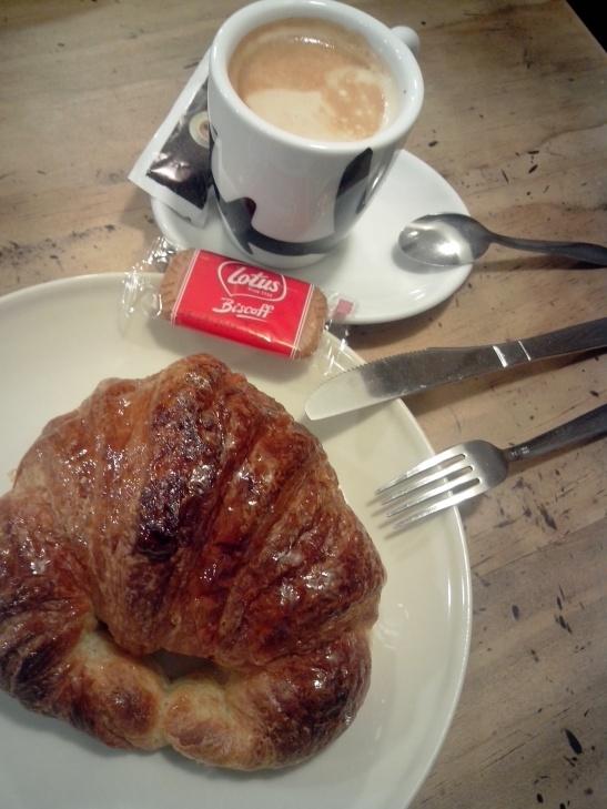 Café y croissante